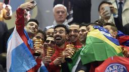 Pemain PSG melakukan selfie di podium juara