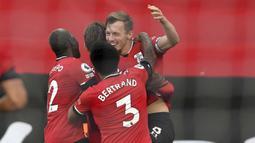 Pemain Southampton, James Ward-Prowse, melakukan selebrasi usai mencetak gol ke gawang Manchester United pada laga Liga Inggris di Stadion St. Mary's, Minggu (29/11/2020). MU menang dengan skor 3-2. (Mike Hewitt, Pool via AP)