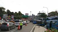 Jalur menuju puncak Bogor macet (Achmad Sudarno/Liputan6.com)
