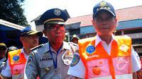 Menteri Perhubungan Ignasius Jonan tiba di Terminal Kampung Rambutan, Jakarta, Senin (23/3/2015). Jonan melakukan uji kelayakan terhadap bus Antar Kota Antar Provinsi (AKAP). (Liputan6.com/Yoppy Renato)