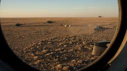 Tim penyelamat mendekati Soyuz TMA-20M di Zhezkazgan, Kazakhstan, (7/9). Tiga astronaut ini telah memberikan kontribusi dalam ratusan eksperimen biologi, bioteknologi, ilmu fisika dan ilmu bumi selama 172 hari berada di ISS. (Bill Ingalls/NASA/Reuters)