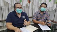 Presiden NPC Indonesia Senny Marbun (kiri) didampingi Wasekjen NPC, Rima Ferdiyanto dalam konferensi pers di Kantor pusat NPC Indonesia, Solo, Rabu (18/3/2020). (Bola.com/Vincentius Atmaja)