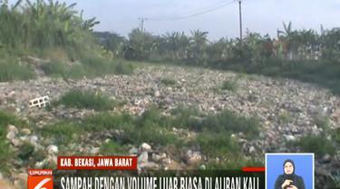Tak hanya mencemari udara, hamparan sampah di Kali Pisang Batu itu kini sudah mencemari sumur-sumur warga.