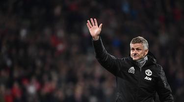 Pelatih Manchester United, Ole Gunnar Solskjaer, menyapa suporter usai melawan AZ Alkmaar pada laga Liga Europa di Stadion ADO, The Hague, Kamis (3/10). Kedua klub bermain imbang 0-0. (AFP/John Thys)
