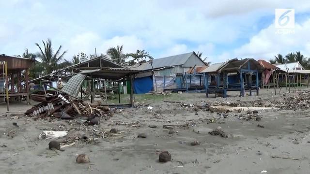 Lokasi wisata Pantai Ammani di Pinrang, Sulawesi Selatan diterjang angin kencang dan sebabkan puluhan rumah rusak.
