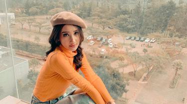 Nama Bella Aprilia saat ini tengah menjadi perbincangan. Pasalnya model yang berasal dari Jawa Timur ini tengah diisukan dekat desainer kondang Ivan Gunawan. Selain itu, ia pun model memenangkan beberapa kontes kecantikan. (Liputan6.com/IG/@bellaapriliasant)