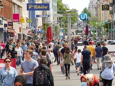 Orang-orang terlihat di sebuah area wisata belanja (shopping street) di Wina, Austria  (9/5/2020). Austria secara bertahap melonggarkan kebijakan pembatasannya setelah hampir dua bulan memberlakukan karantina wilayah (lockdown) untuk mengatasi coronavirus. (Xinhua/Georges Schneider)