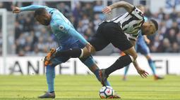 Aksi pemain Arsenal, Alexandre Lacazette (kiri) saat berebut bola dengan pemain Newcastle United, Jamaal Lascelles pada lanjutan Premier League di St James' Park, Newcastle, (15/4/2018). Newcastle menang 2-1. (Owen Humphreys/PA via AP)