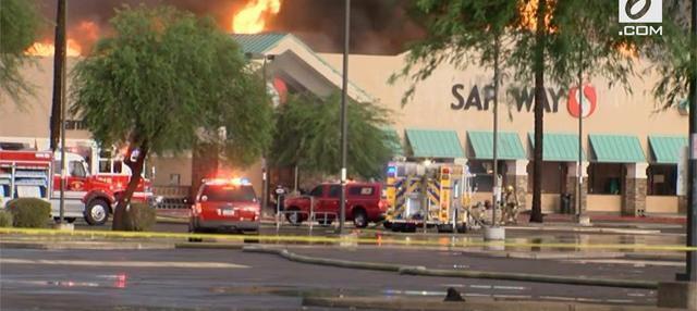 Sebuah supermarket di Phoenix, Arizona, terbakar karena tersambar petir selama badai monsun melanda kota tersebut.