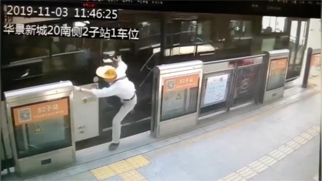 Seorang pria paruh baya mengalami luka di bagian lutut dan kepalanya usai terseret bus. Ini terjadi karena kakinya terjepit di pintu otomatis ketika turun dari bus.