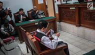Terdakwa kasus dugaan penghilangan barang bukti pengaturan skor, Joko Driyono saat menjalani sidang putusan di PN Jakarta Selatan, Jakarta, Selasa (23/7/2019). Sebelumnya, jaksa penuntut umum menuntut Joko Driyono dua tahun dan enam bulan penjara karena terbukti bersalah. (Liputan6.com/FaizalFanani)