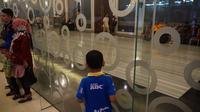 Sejumlah Bobotoh termasuk anak-anak yang tak memiliki undangan acara launching Persib tidak bisa masuk ke lokasi digelarnya launching. (Liputan6.com/Huyogo Simbolon)