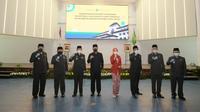 Ke tujuh Pjs yang dilantik, tengah berfoto bersama dengan Gubernur Jawa Barat sebelum mereka mulai menjalankan tugas mengisi jabatan para Bupati/Walikota selama masa kampanye berlangsung. (Liputan6.com/Jayadi Supriadin)