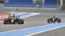 Pembalap Max Verstappen sebelum melintasi garis finis untuk memenangkan F1 GP Prancis di Sirkuit Paul Ricard, Le Castellet, Prancis, Minggu (20/6/2021). Max Verstappen tercepat di F1 GP Prancis. (AP Photo/Francois Mori)