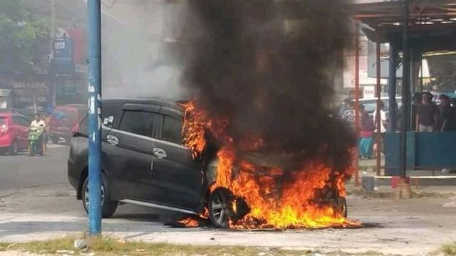 Hasil gambar untuk mobil xpander terbakar