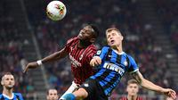 Striker AC Milan, Rafael Leao, berebut bola dengan gelandang Inter Milan, Nicolo Barella, pada laga Serie A di Stadion San Siro, Milan, Sabtu (21/9). Milan kalah 0-2 dari Inter. (AFP/Miguel Medina)