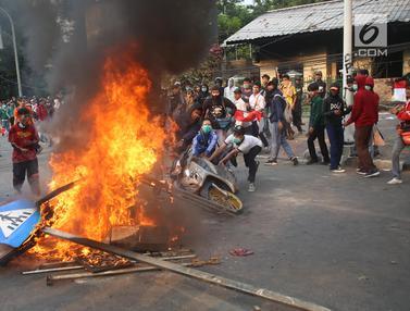 Demo di DPR, Pelajar Bakar Sepeda Motor hingga Rambu Lalu Lintas
