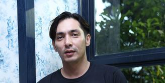 Abimana Aryasatya harus berpisah dengan keluarga selama tiga minggu untuk syuting film layar lebar 'Negeri Van Oranje'. Hal ini membuat Abimana rindu dengan keluarga. (Galih W. Satria/Bintang.com)