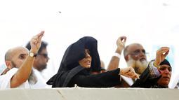 Sejumlah jemaah haji saat melempar batu melaksanakan lempar jumrah di Mina, dekat kota suci Makkah, Arab Saudi (11/8/2019). Batu-batu yang dilemparkan diambil dari hamparan Muzdalifah. (AP Photo/Amr Nabil)