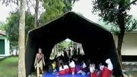 Agar tetap bersekolah, para pelajar terpaksa harus belajar di dalam tenda-tenda darurat.