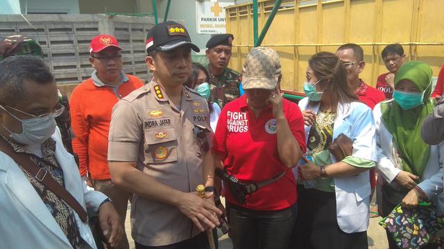 Satuan Tugas (Satgas) Narkoba Polres Jakarta Selatan bersama dengan Kodim, IDI, BNNK dan Satpol PP razia di Pasar Manggis