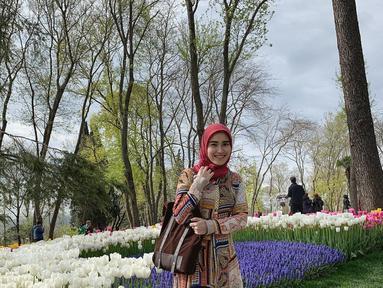Selesai menjalankan ibadah Umroh di Tanah Suci, Ayu Ting Ting bertolak ke Turki. Masih dalam nuansa ibadah Umroh, Ayu Ting Ting berfoto di hamparan bunga tulip dengan hijabnya. (Liputan6.com/Instagram/@ayutingting92)