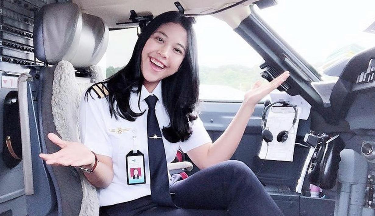 """Selain menjadi pilot, ia juga diketahui menjadi CEO perusahaannya sendiri. """"Officially CEO of my very own company, PT Kreativitas Karya Indonesia. Alhamdulillah,"""" tulisnya. Instagram @taniawidjaya"""