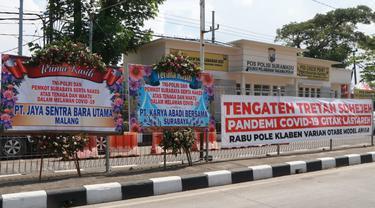Karangan bunga dukungan untuk petugas Covod-19 di Penyekatan Suramadu. (Dian Kurniawan/Liputan6.com)