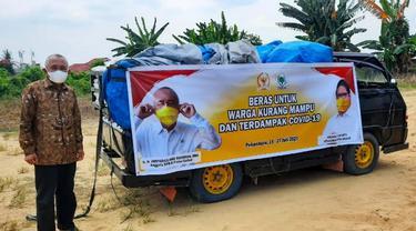 Anggota DPR Arsyadjuliandi Rachman memborong 3 ton beras petani di Kabupaten Siak untuk warga terdampak Covid-19.