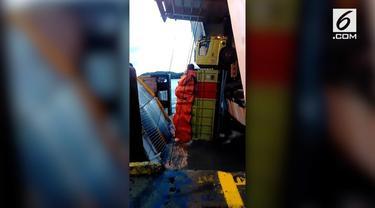 Sebuah truk jatuh dari Kapal KM Putra Romdor di Dermaga 3 Bakauheni. Kejadian ini diakibatkan jembatan antara kapal dan dermaga ambrol.