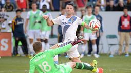 Robbie Keane (3 benua). Total telah memperkuat 9 tim Eropa mulai 1997-2011, dimana Tottenham yang terlama dibelanya selama 8 musim. Pada 2011-2016 hijrah ke LA Galaxy di Liga Amerika. Pada 2017 memutuskan memperkuat ATK, tim Divisi Utama Liga India selama 1 musim. (AFP/Harry How/Getty Images)
