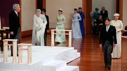 Putra Mahkota Naruhito (kanan) berjalan melewati Kaisar Akihito (kiri) saat upacara turun takhta Kaisar Akihito di Istana Kekaisaran, Tokyo, Jepang, Jumat (30/4/2019). Setelah pengunduran diri Akihito, kekaisaran Jepang akan dipimpin oleh Naruhito. (Japan Pool via AP)