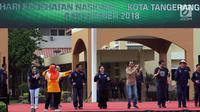 Presiden Joko Widodo (Jokowi) ditemani Koordinator Staf Khusus Presiden Teten Masduki memandu senam bersama di depan Kantor Wali Kota Tangerang, Minggu (4/11). Kegiatan itu dalam rangka perayaan Hari Kesehatan Nasional ke-54. (Liputan6.com/Johan Tallo)