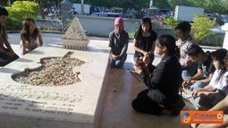 Citizen6, Surabaya: Berdoa bersama di makam WR Supratman dalam aksi ziarah FAM UNAIR.