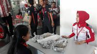 Titin membawa uang receh kembalian belanja untuk beli motor di dealer Ponorogo, Selasa (29/5/2018). (Times Indonesia/Istimewa)