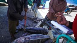 Karena langkanya BBM membuat Nelayan terpaksa menaikkan harga jual ikannya, Jakarta, Kamis (28/8/2014) (Liputan6.com/Faizal Fanani)