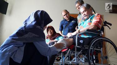 Petugas rehabilitasi medik mengukur kaki pasien diabetes di Rumah Sakit Cipto Mangunkusumo, Jakarta, Rabu (14/11). Sejumlah pasien memperoleh donasi berupa kaki prostetik dan sepatu diabetes dari Sun Life Indonesia. (Liputan6.com/HO/Megha)