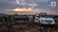 Suasana proses pemakaman jenazah pasien Covid-19 di TPU Rorotan, Jakarta, Kamis (17/6/2021). Pemakaman jenazah Covid-19 di TPU Rorotan mengalami lonjakan dalam beberapa hari terakhir seiring kembali meningkatnya kasus Covid-19 di Jakarta. (merdeka.com/Iqbal S Nugroho)