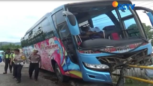 Sebuah bus antar kabupaten menyeruduk pembatas jembatan dan bus yang menyeruduk pembatas jalan itu, nyaris terjun ke sungai di Kabupaten Maros.