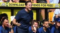 Pelatih Chelsea, Frank Lampard, memberikan instruksi saat melawan Norwich pada laga Premier League di Stadion Carrow Road, Norwich Sabtu (24/8). Norwich kalah 2-3 dari Chelsea. (AFP/Daniel Leal-Olivas)