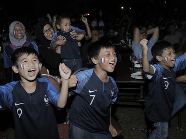Pendukung Prancis merayakan kemenangan atas Kroasia pada laga final Piala Dunia saat nobar di Hotel Novotel, Tangerang, Minggu, (15/6/2018). Prancis menjadi juara Piala Dunia 2018 usai mengalahkan Kroasia 4-2. (Bola.com/M Iqbal Ichsan)