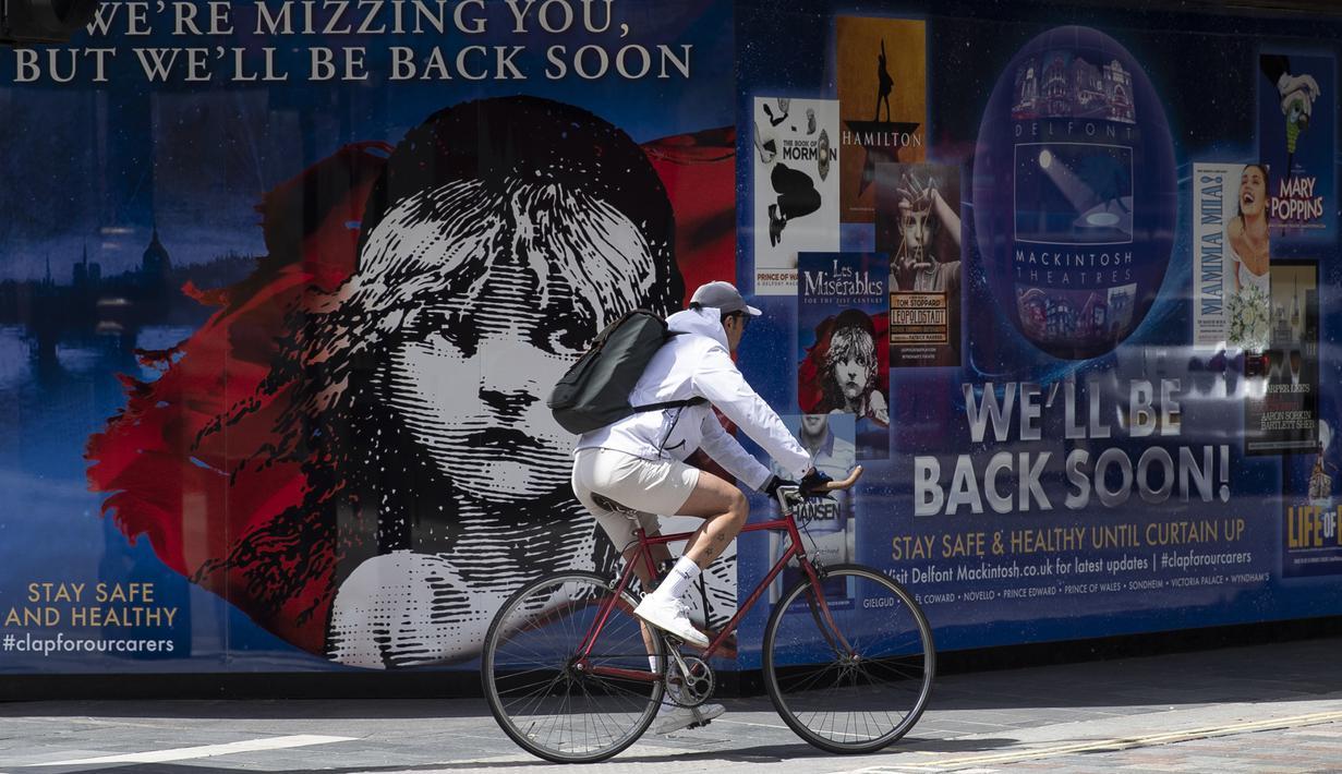 Pesepeda melewati teater yang tutup di London, Inggris, 12 Mei 2020. Sedikitnya 5.000 pekerja teater di Inggris, yang lebih dari separuhnya berada di London, kehilangan pekerjaan selama diberlakukannya kebijakan penutupan (shutdown) akibat merebaknya COVID-19. (Xinhua/Han Yan)