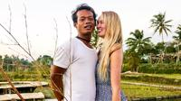 Bule asal Inggris, Polly Alexandria Robinson, yang menikah dengan lelaki Muntilan, Jawa Tengah, Karna Radheya. (dok. Instagram @pollyoddsocks/https://www.instagram.com/p/BlKs2lSA1EQ/Asnida Riani)