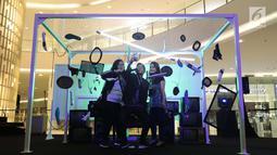 Pengunjung berswafoto di instalasi Adidas Original Is Never Finished di Senayan City, Jakarta, Rabu (28/2). Pameran instalasi seni mengkombinasikan personality adicolor, prophere dan EQT. (Liputan6.com/Angga Yuniar)