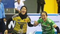 Pemain Jakarta PGN Popsivo Polwan, Arsela Nuari Purnama dan Berlian Marsheila, merayakan kemenangan atas Jakarta BNI 46 dengan skor 3-1 pada Seri I Final Four Proliga 2019 di GOR Joyoboyo, Kota Kediri, Minggu (10/2/2019 ). (Bola.com/Gatot Susetyo)