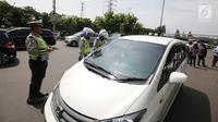 Polisi menggelar razia kendaraan pribadi yang menggunakan rotator pada mobilnya di Jakarta, Jumat (13/10). Lampu isyarat, rotator atau sirine tersebut hanya boleh digunakan untuk kendaraan petugas berwenang. (Liputan6.com/Angga Yuniar)
