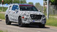 Mercedes Benz GLS terbaru yang terbungkus warna kamuflase tertangkap kamera mata-mata sedang melakukan pengujian. (Carscoops)