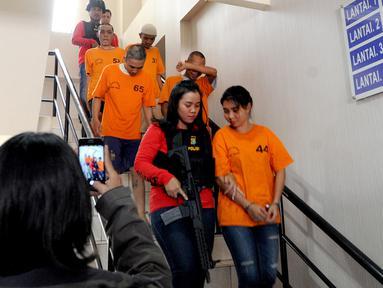 Tersangka WNA asal Thailand Chencira Aehitanon (kanan) bersama empat lainnya digiring petugas saat akan rilis kasus penyelundupan sabu dalam kelamin di Mapolres Tangerang Selatan, Banten, Kamis (31/10/2019). Chencira menyelundupkan sabu seberat 283,79 gram dalam kemaluannya. (merdeka.com/ArieBasuki)