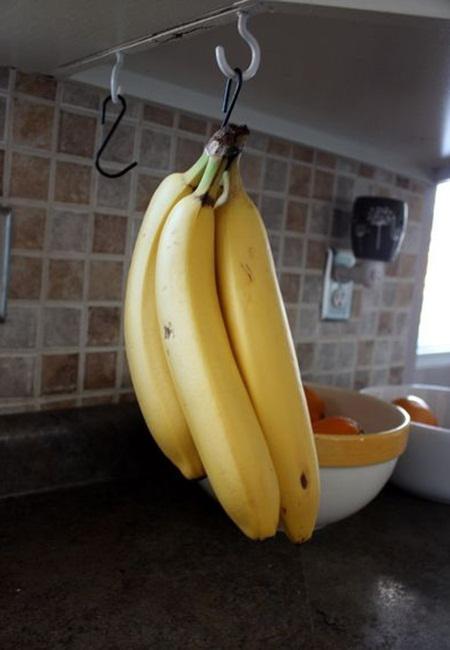 Tips ketiga, gantung buah pisang/copyright Pinterest.com