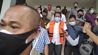 Sekda Riau Yan Prana Indra Jaya digiring petugas Kejati Riau menuju mobil tahanan. (Liputan6.com/M Syukur)